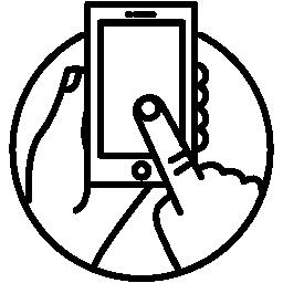 タッチ スクリーンの電話円無料アイコン内部の人間の手で