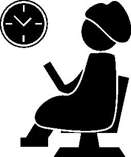 女性は座って壁時計の無料アイコンを観察する髪サロンの椅子で待っています。
